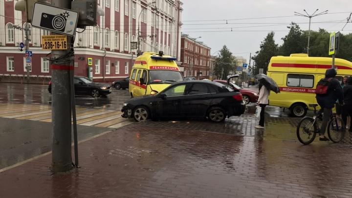 В центре Перми сотрудник скорой помощи пострадал в ДТП