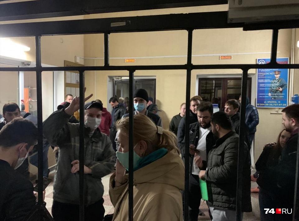 Ночью 17 апреля полиция задержала у памятника Курчатову и привезла в отделение около полсотни человек