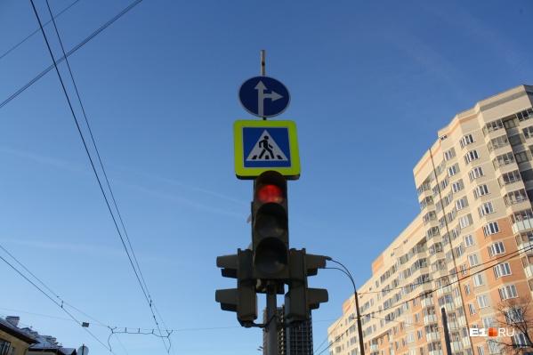 Дорожники изменили правила проезда перекрестка Бакинских Комиссаров — Уральских Рабочих