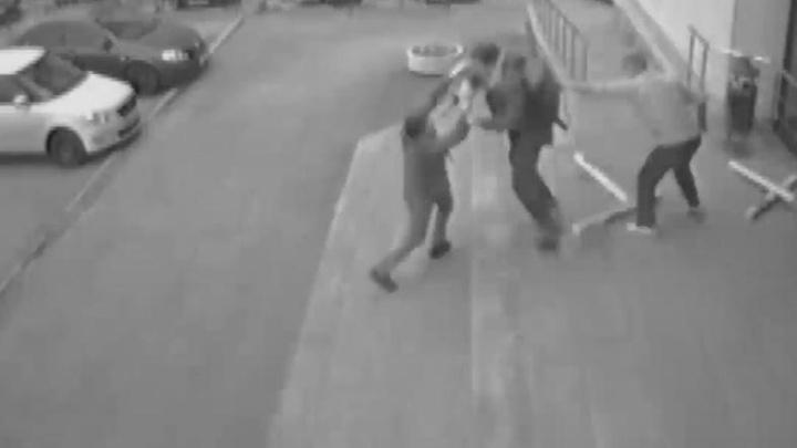 Угрожал охраннику ножом: появилось видео, как парень с ЖБИ дерется за обои в магазине