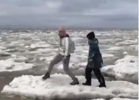 Следователи проверяют видео, где по льдинам на Белом море прыгает женщина с детьми