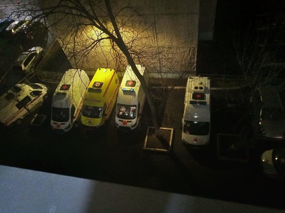 Вид из окна отделения для «тяжёленьких». Скорые заполнили всю парковку