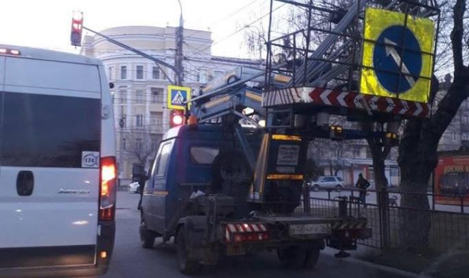 Интересно, до понедельника заработает?: на одном из опасных перекрестков Волгограда отключился светофор