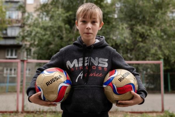 Савва Ярыгин отдаёт футбольные мячи воспитанникам социально-реабилитационных центров