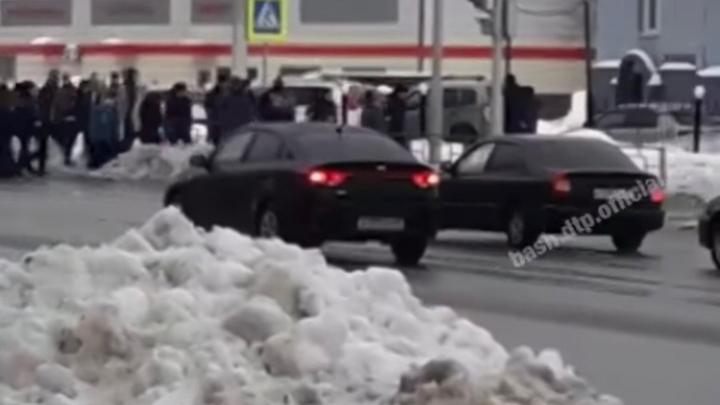 Гаишников Уфы выгнали на улицу из здания полка ДПС