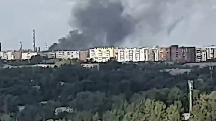 В Челябинске вспыхнул пожар в промзоне. Чёрный столб дыма виден из разных концов города