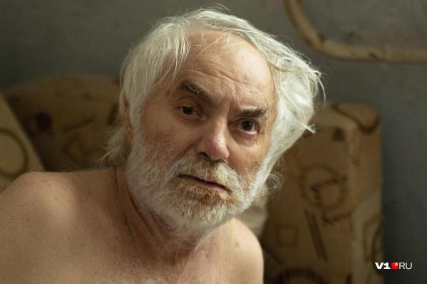 От парализованного пенсионера отвернулись все, кроме соседки