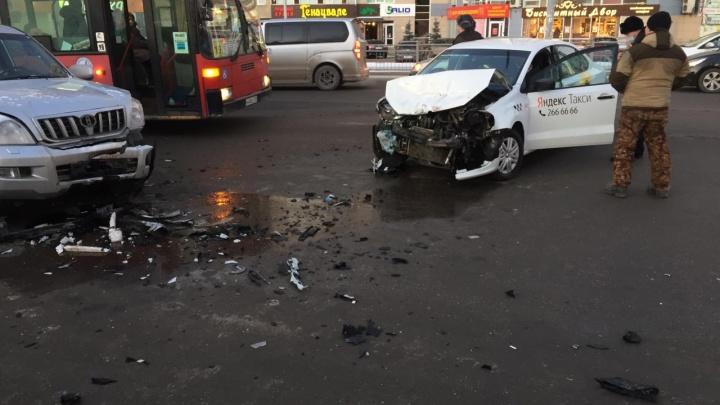 На улице Белинского выросла огромная пробка из-за столкнувшихся такси и внедорожника