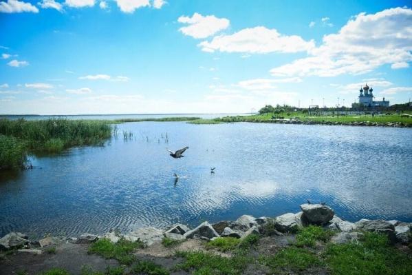 Сейчас берег Смолино зарос камышом — благоустроен лишь небольшой участок рядом с жилым комплексом и церковью