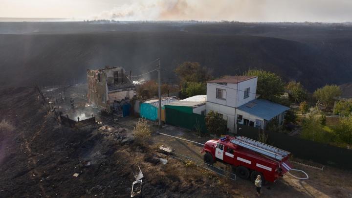 Ветер бросал огонь из стороны в сторону: первый день октября стал черным для волгоградцев — фоторепортаж большого пожара