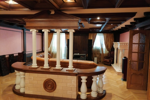 Колонны в гостиной — главная изюминка квартиры за 28 миллионов