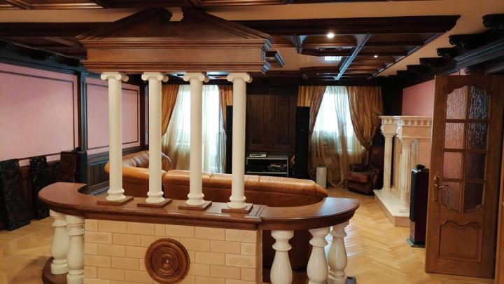 В центре Екатеринбурга выставили на продажу огромную квартиру с колоннами и встроенной сауной