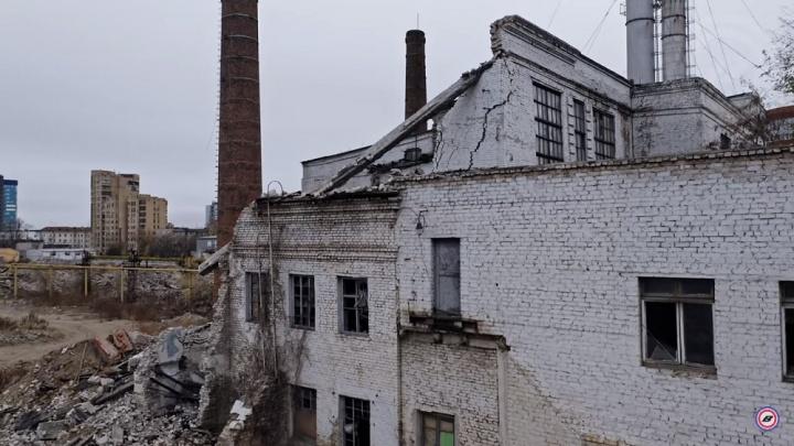 «Мое сердце каменеет при виде таких развалин»: волгоградец показал с высоты останки метизного завода