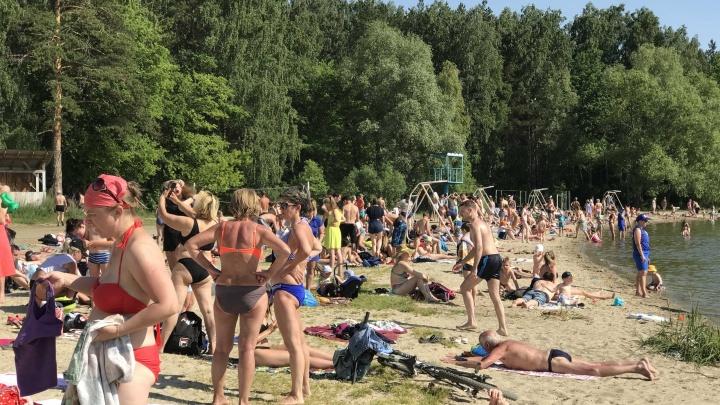 В челябинской мэрии говорят, что купальный сезон из-за пандемии не открыт. Но пляжи полны людей