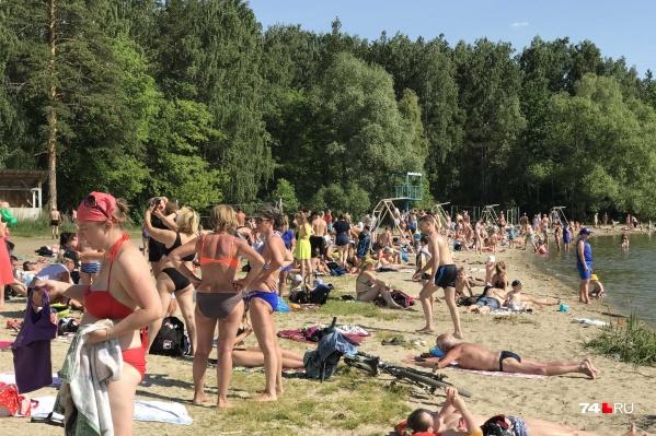 Пляж на Шершнях в этом году стал коммерческим, но пока люди заходят сюда бесплатно