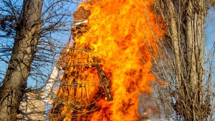 Буйство огненной стихии: волгоградский фотограф снял, как горела Масленица