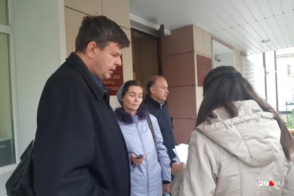 Алексей и Екатерина Степановы перед зданием суда до начала заседания