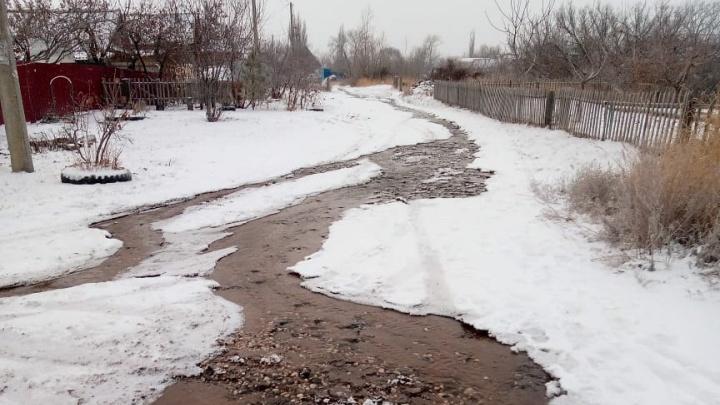 «Ходить боимся, тут каток»: коммунальная авария на неделю парализовала улицу в Волгограде