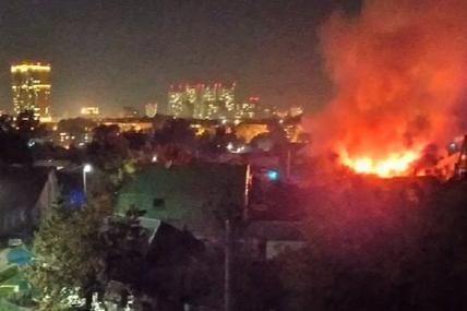 «Эвакуировали 50-литровый газовый баллон»: в Калининском районе загорелся частный дом
