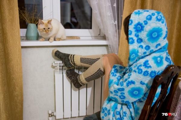 Пока достаём теплые носочки и греемся о кота