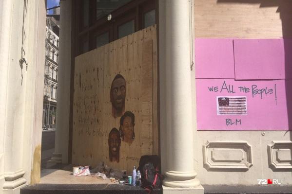 «Мы все — люди!» — гласит надпись на щите, которым закрыта витрина в Нью-Йорке, протесты в США начались после того, как был убит афроамериканец