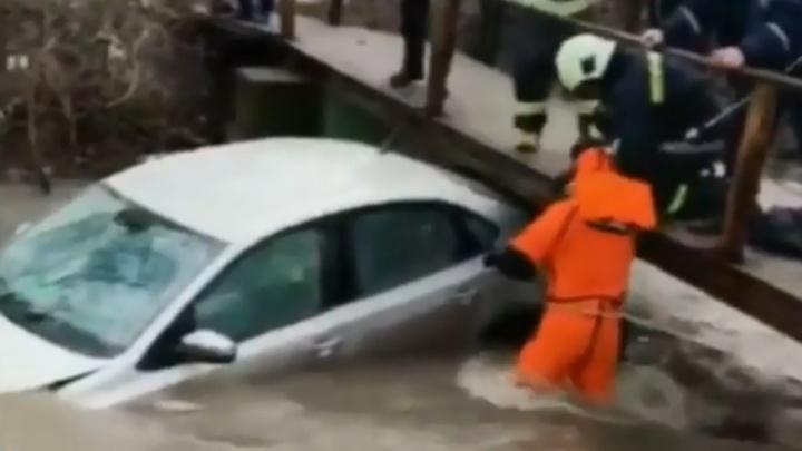 Спасатели Уфы вытащили трех человек из тонущей машины, есть видео