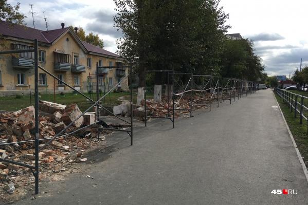 Жители Кургана спорят о том, нужно ли было сносить этот забор по улице Пролетарской