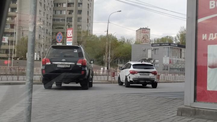 Улыбаемся и машем: волгоградские автохамы начали позировать фотографам