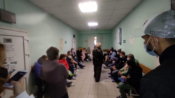 Поликлиника не рассчитана на такой поток: на Уралмаше к 14-й больнице очередь из 60 человек