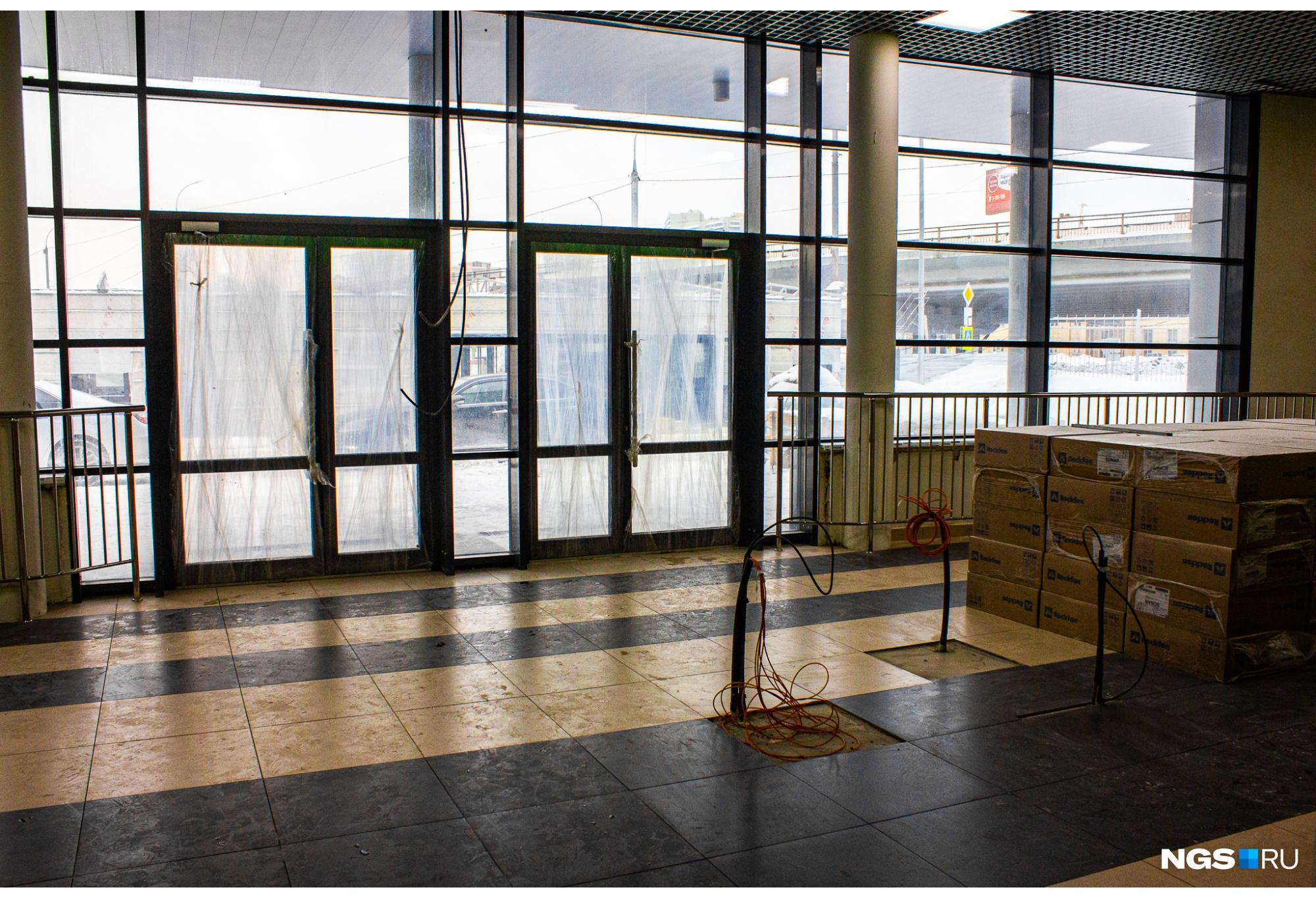 На входах будущего центра ещё не завершён монтаж систем безопасности