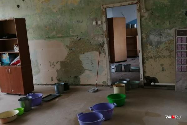 Швабры, ведра и тазики — детсад в Новосинеглазово затопило неслабо