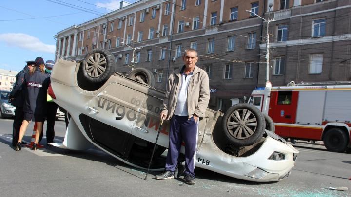 «Это с какой скоростью он меня поймал»: таксист обвинил в перевороте авто на Маркса другого водителя