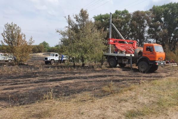Работы по восстановлению электроснабжения проведены в хуторе Княженский 2-ой, оказавшемся в огненном кольце