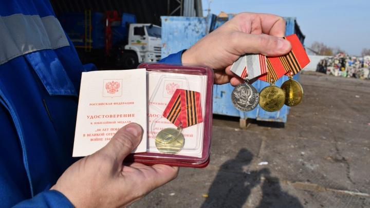 Среди мусора омичи нашли медали ветерана Великой Отечественной войны