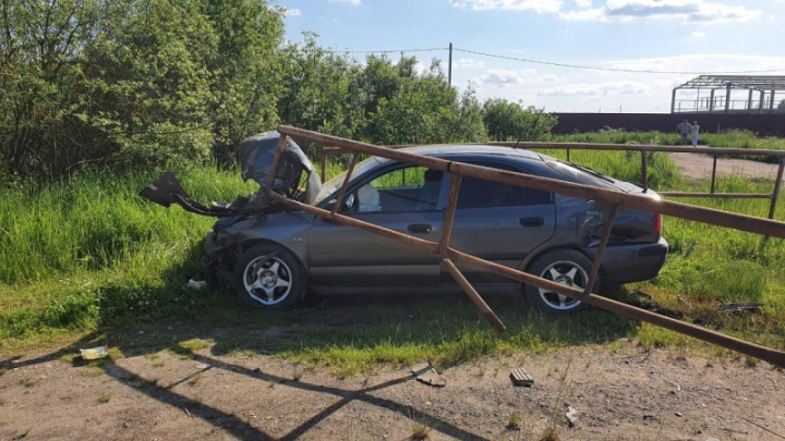 Машина проломила ограждение: пострадали 11-летний мальчик и двое взрослых