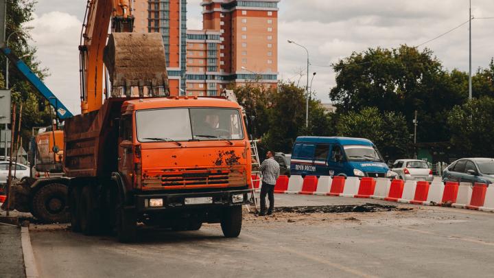 Тюменца при ремонте машины придавило насмерть кабиной КАМАЗа