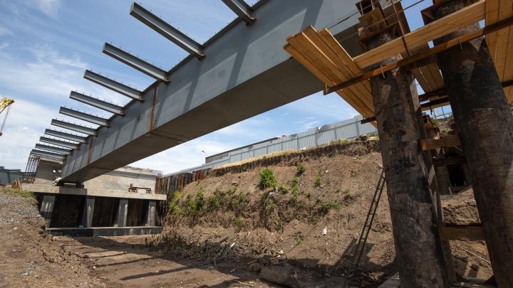 На мосту на Малиновского начали возводить пролеты: фоторепортаж с долгожданной стройки