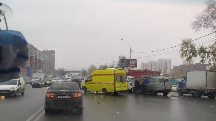 Новосибирцы встали в пробку из-за ДТП на Большевичке