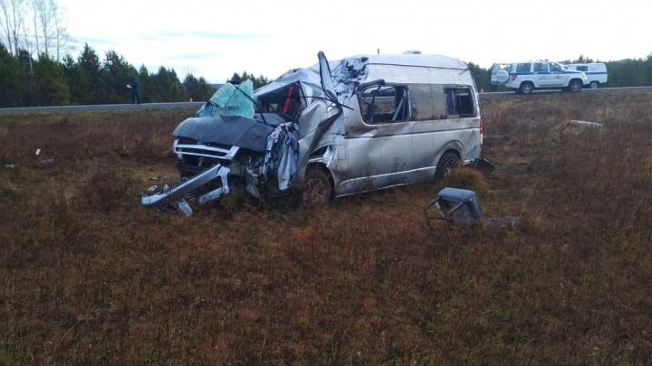На трассе в Ермаковском районе микроавтобус с 17 пассажирами вылетел в кювет