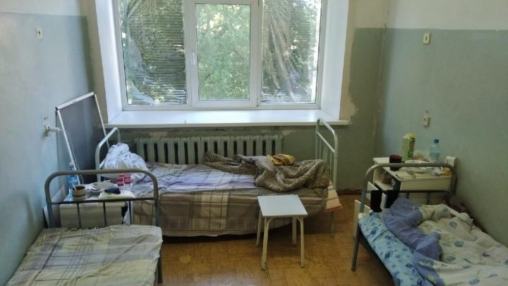 «Это не палата, это сарай»: админ паблика «Апасная медицина» показал ковидную больницу в Омске