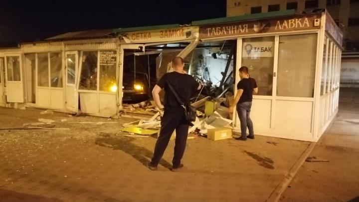 В Самаре иномарка протаранила несколько киосков у ЦУМ «Самара»
