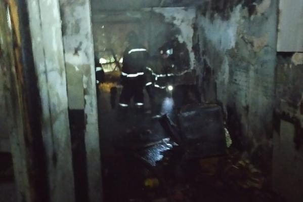 На месте работают пожарные , медики, полиция и администрация района<br><br>