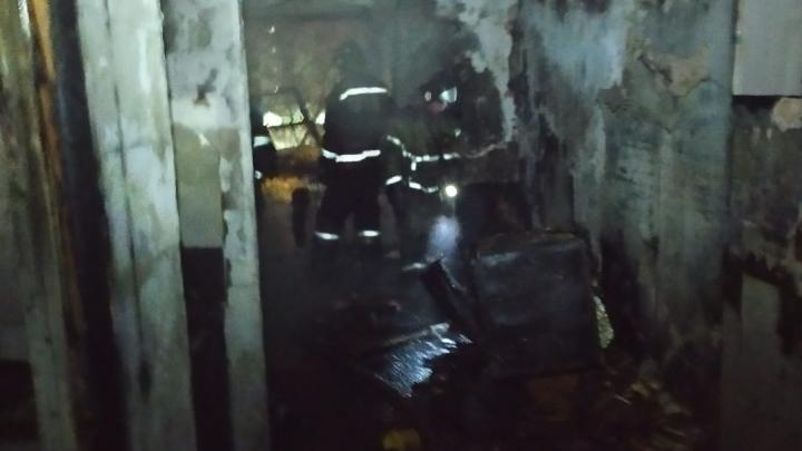 В Ленинском районе горит квартира: людей с верхних этажей эвакуируют пожарные