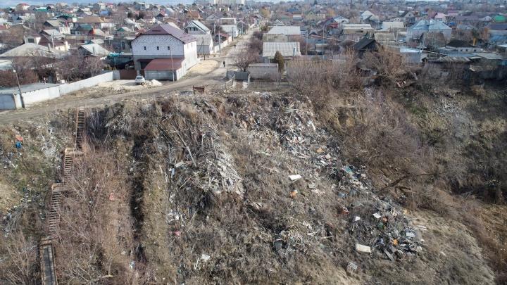 Мусорный оператор не вывозит: волгоградские власти пообещали убрать огромную свалку Вишнёвой балки