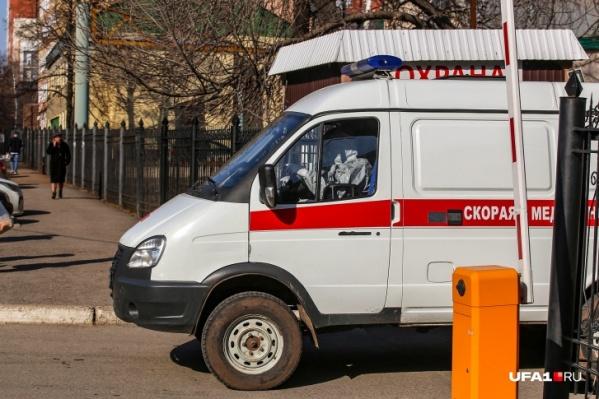 С заражённым контактировали два водителя врача скорой помощи и восемь медиков