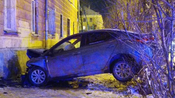 «Летел со скоростью 150 км/ч»: на Уралмаше водитель легковушки врезался в дом