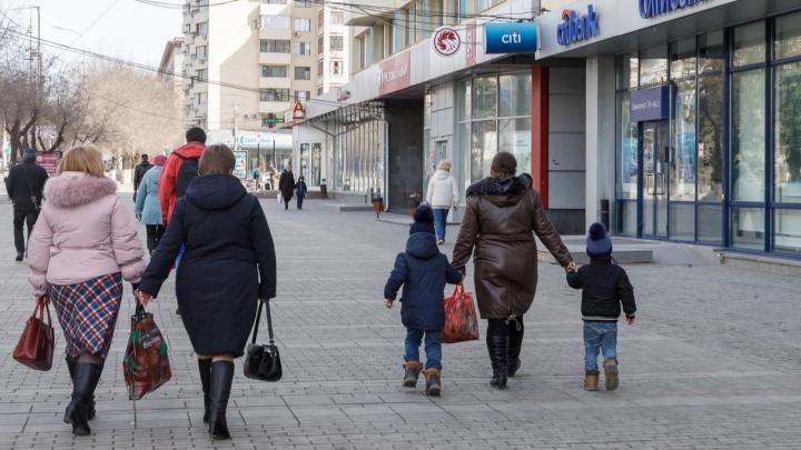 «Цены реагируют на курс с большой задержкой»: что ждать волгоградцам после падения рубля