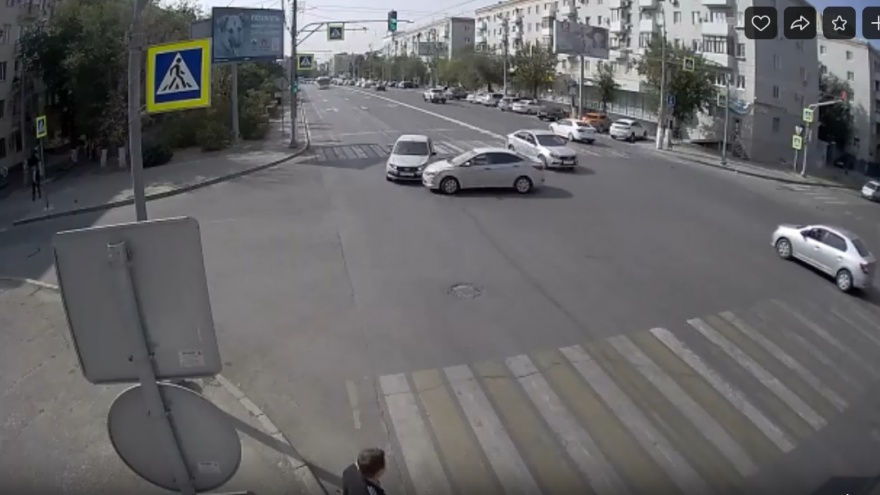 Девушка поторопилась: очередное ДТП на опасном перекрестке в центре Волгограда