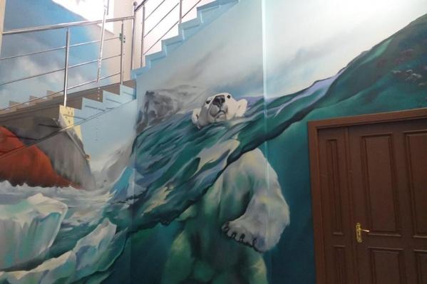 Встречает поднимающихся по лестнице будет белый медведь<br>