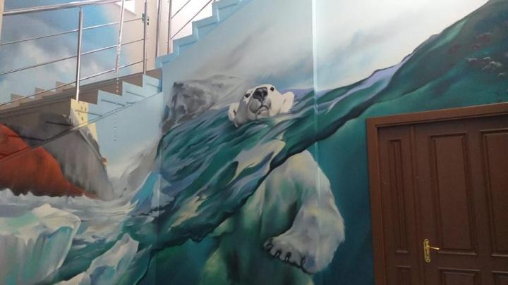 На лестнице в САФУ — моржи и медведи. Мы удивились оформлению главного корпуса. А вы?